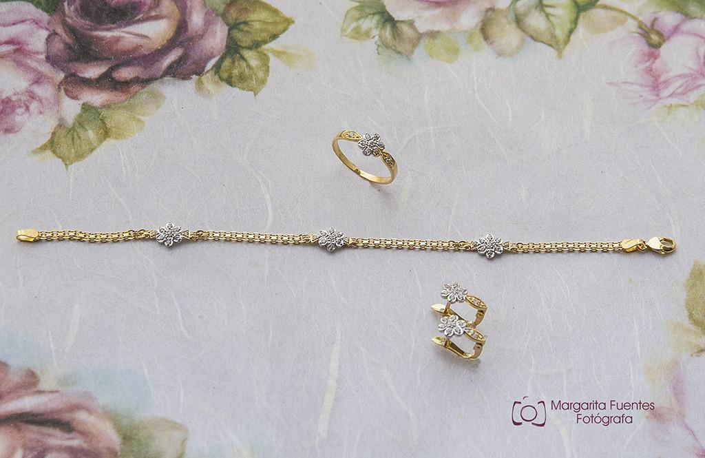 Pendientes, pulsera y anillo de comunión elaborados en oro blanco-amarillo 18K.