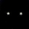 Su primer brillante, colección especial bebé Carbono puro. Con forma de estrella, elaborado en oro blanco de 1ª Ley 18k, 750 milésimas con dos diamantes talla brillante 0,02 ct y tuerca de rosca para proteger la piel sensible del bebé.