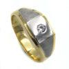 Anillo Caballero Oro Anillo Caballero Oro, tipo solitario con una circonita, elaborado en oro Blanco y Amarillo. Robusto y consistente, perfecto para uso diario.